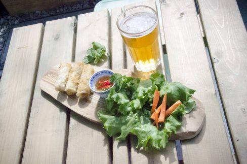 Rouleaux croustillants, leur sauce, carottes marinées et bière