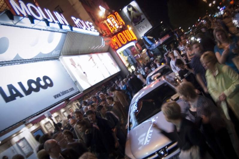 La Loco, le Moulin Rouge, et sa foule, à Paris