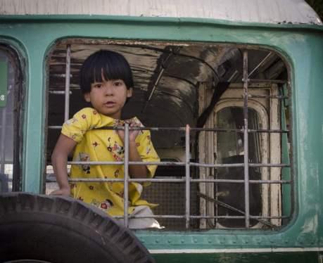 Un enfant joue dans un vieil autobus