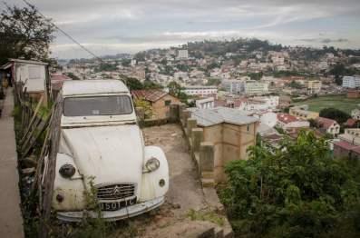Des vieilles voitures et des falaises
