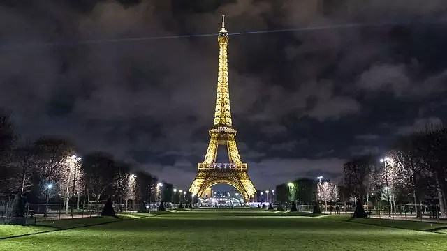 historical sites in Paris - free things to do in Paris - The Eiffel Tower at night - photo by Corentin villemeur under CC-BY-SA-4.0