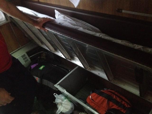 Baú em baixo da cama para guardar a mala