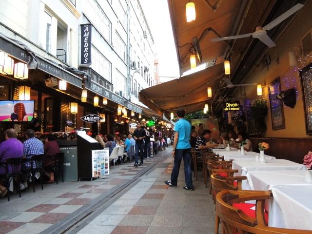 Restaurantes típicos, asiáticos e italianos sempre presentes.
