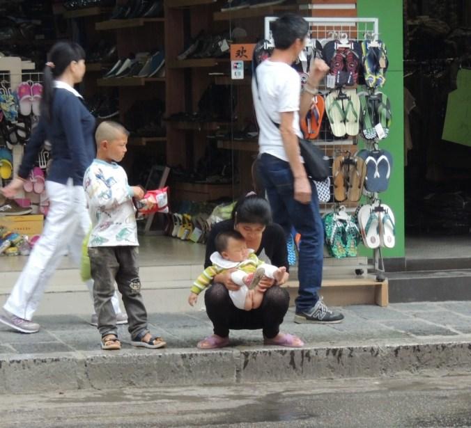 E na China que os bebes utilizam as calçadas como toalet!