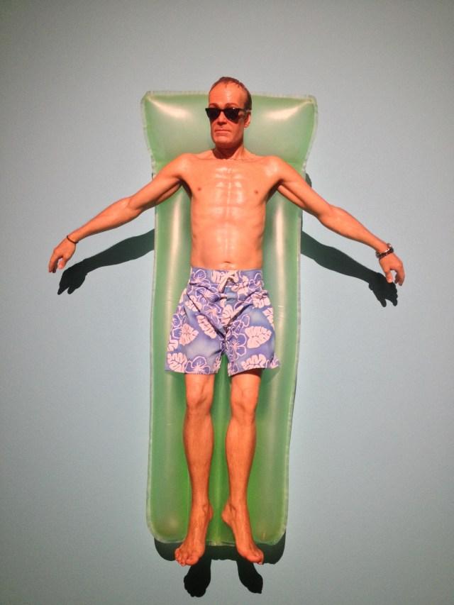 Homem na piscina