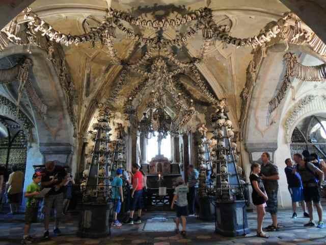 Vista da entrada da capela dos ossos em Sedlec