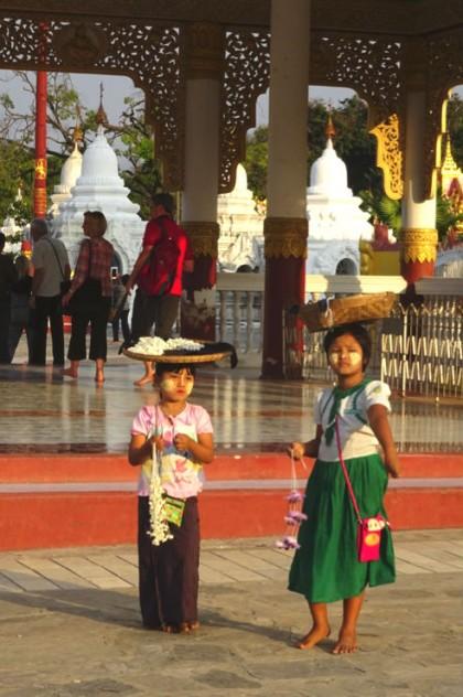 meninas birmanesas usando tanaka
