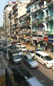 Rua típica de Yangon