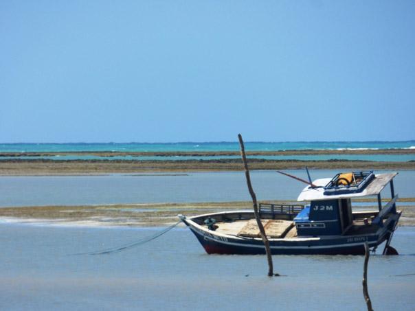 Barco na maré baixa em são Miguel dos Milagres 1