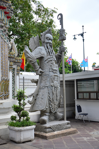 Wat Pho - guardinha da entrada.