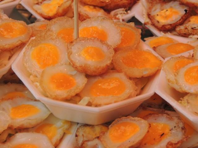 Chatuchak Market - porção de ovinhos de codorna fritos.