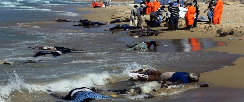 Decenas de cadáveres de inmigrantes ahogados cuando intentaban cruzar el Mar Mediterráneo, hacia Europa.