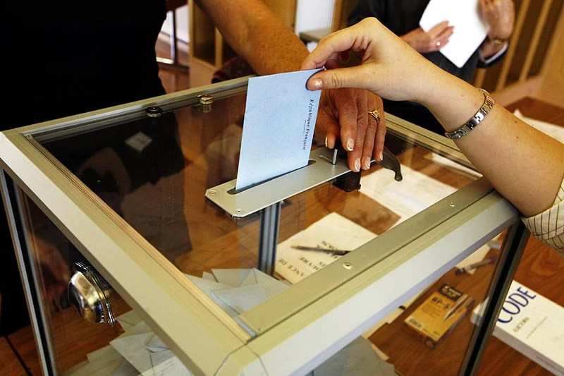 Vote élection (présidentielle 2007 en France) (Crédits : Rama, licence Creative Commons)