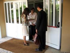 Témoins de Jéhovah prêchant en porte à porte (Crédits Steelman Creative Commons)