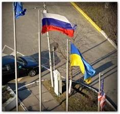 Drapeaux russe ukrainien américain et européen (Crédits maistora, licence Creative Common)