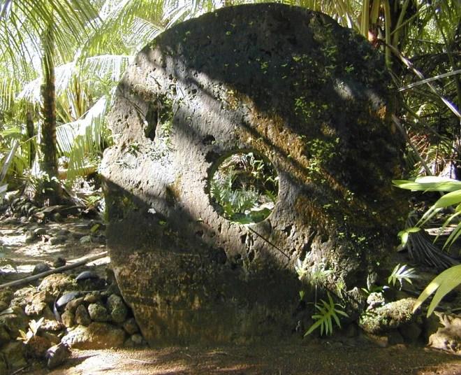 Monnaie de pierre sur l'île de Yap (Crédits Eric Guinther, licence Creative Commons)