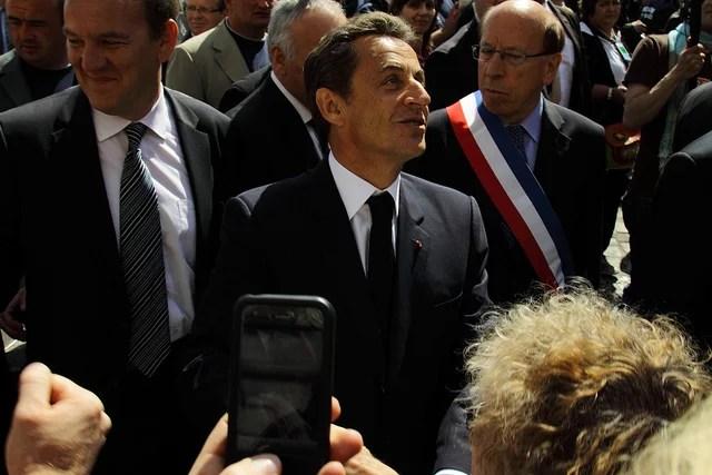 Nicolas Sarkozy prenant un bain de foule (Crédits troye owens, licence Creative Commons)