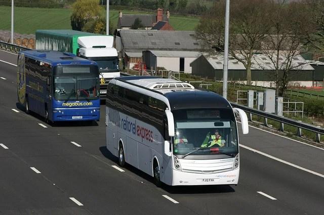 Autocars des compagnies National Express et Megabus sur l'autoroute M1 (Nottinghamshire)