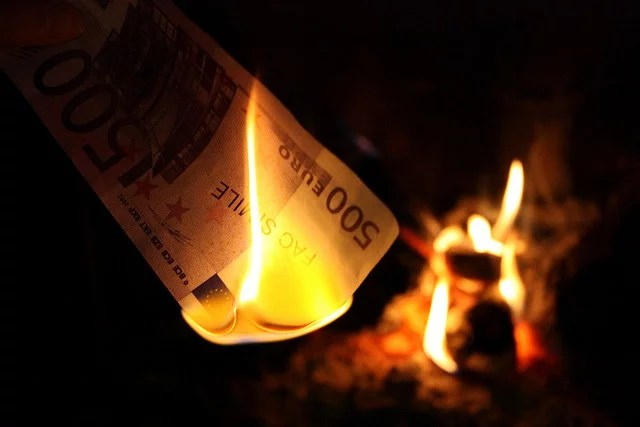 argent brûlé credits davide aligni (licence creative commons)