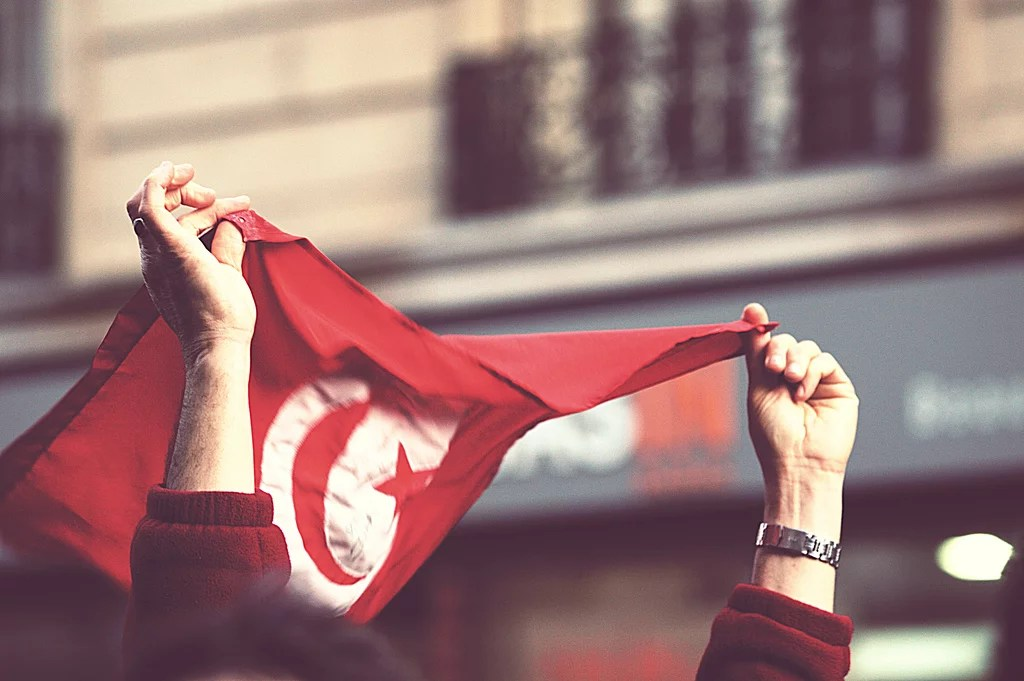 Drapeau Tunisien à Paris en 2011 lors d'une manifestation (Crédits Gwenael Piaser, licence Creative Commons)