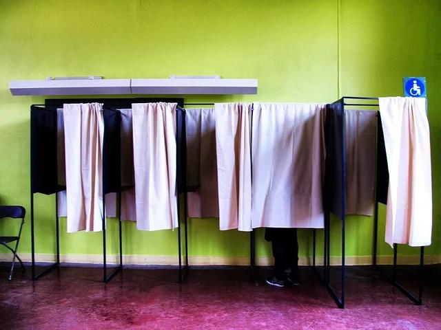 Isoloir élection (Crédits Mortimer62, licence CC BY SA 2.0). Via Flickr.