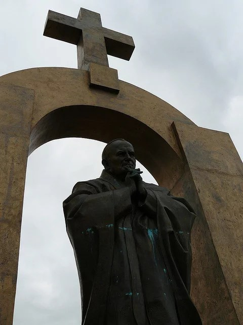 Statue de Jean Paul II à Ploërmel - Titem (CC BY-NC-ND 2.0)