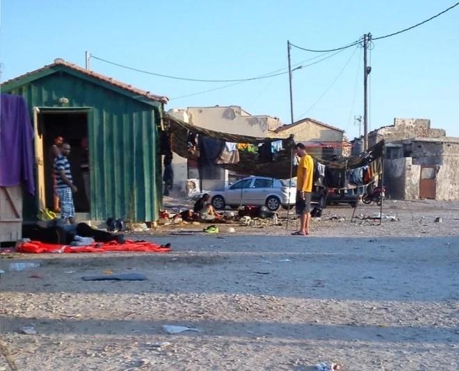 Campement de fortune dans le port de Chios