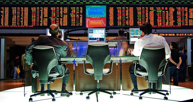 Marchés financier bourse (Crédits : Rafael Matsunaga, licence CC-BY 2.0), via Flickr.