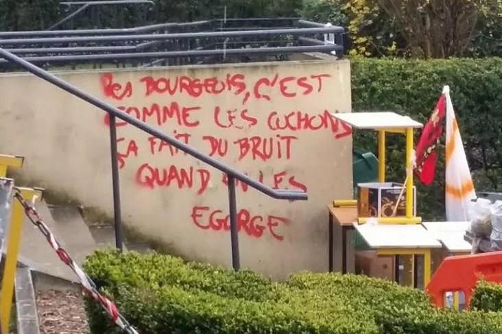Tags d'extrême gauche à la faculté de Nanterre en avril 2016