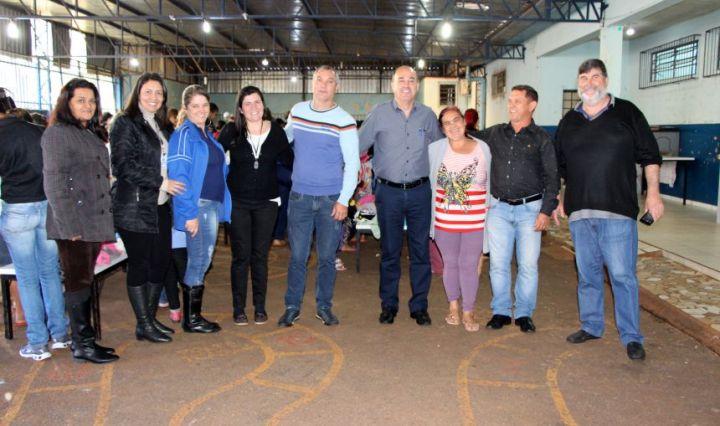 Câmara de Vereadores e Prefeitura de Ivaiporã entregam roupas e calçados a  moradores da Vila Nova Porã fd195fd0d718e