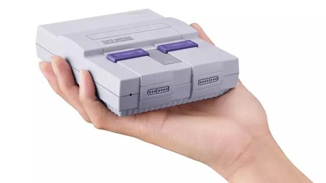 Super Nintendo Classic Edition na palma da mão versão europeia