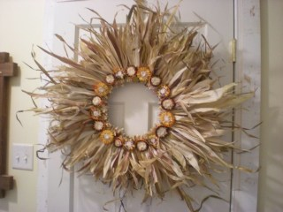 Stylish Fall Wreaths Ideas With Corn And Corn Husk For Door 31