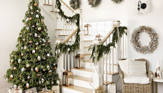 Beautiful Christmas Stairs Decoration Ideas 29