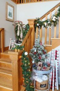 Beautiful Christmas Stairs Decoration Ideas 42