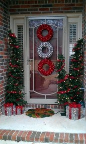 Brilliant Christmas Front Door Decor Ideas 11