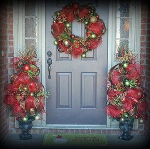 Brilliant Christmas Front Door Decor Ideas 21