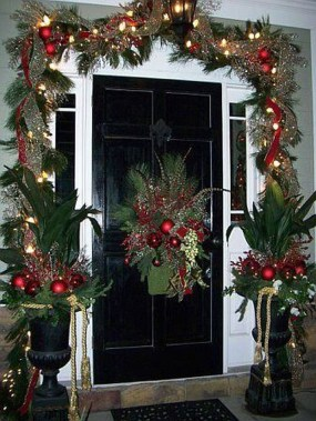 Brilliant Christmas Front Door Decor Ideas 39