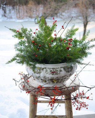 Cozy Rustic Outdoor Christmas Decor Ideas 24