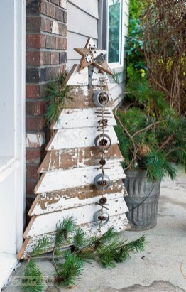 Cozy Rustic Outdoor Christmas Decor Ideas 42