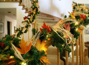 Gorgeous Ways To Decorate Your Stairs In This Christmas Ideas 09