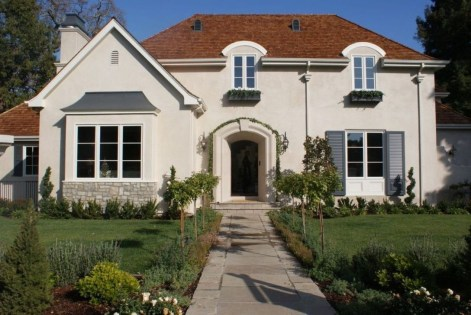 Astonishing Exterior Paint Colors Ideas For House With Brown Roof 46