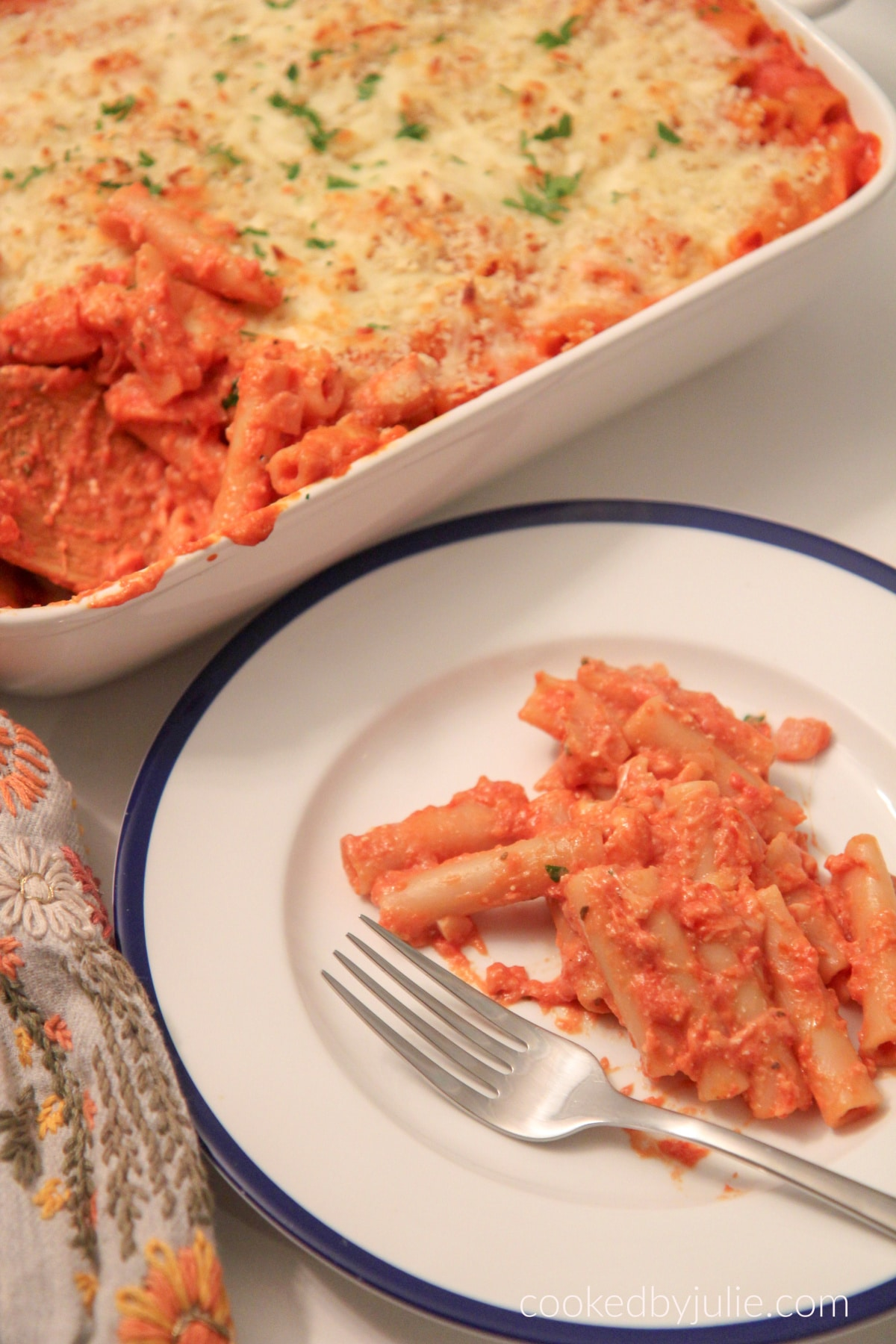 a plate of baked ziti