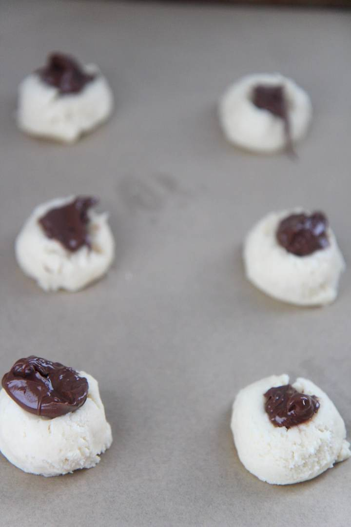 6 cookie balls with nutella on top.