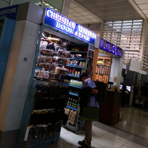 manila-ninoy-dutyfree-shop-food-airport-cheat-philippines-dangerous-backpack-bookstore