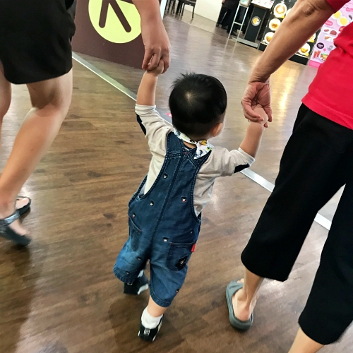 baby-toddler-how-to-first-walk-mom-why-happiness-so-easy-depress
