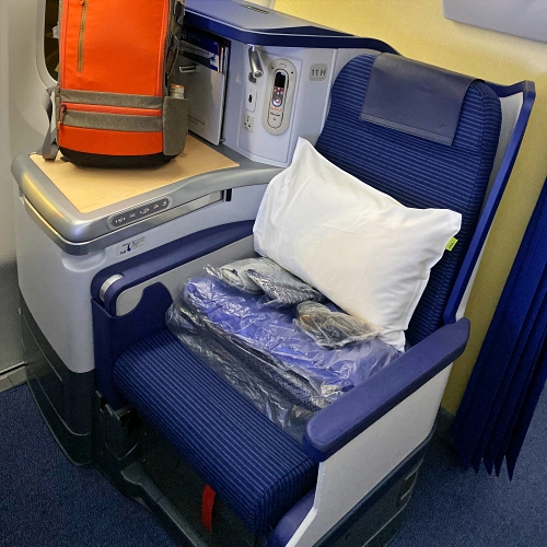 ana-business-class-staggered-review-iphone-11-pro-787-9-tokyo-haneda-backpacker