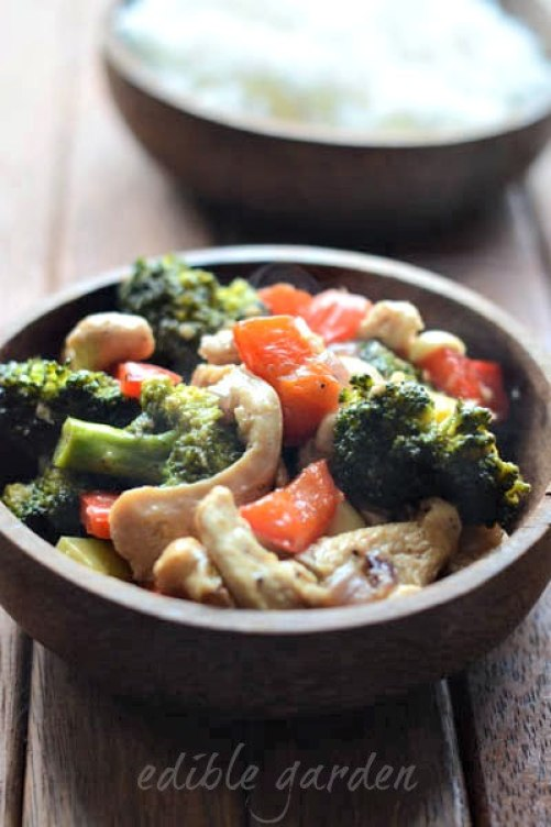 Stir fried chicken with broccoli and bell pepper