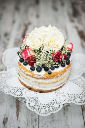 Naked Cake: Topfentorte mit Beere & Blüten