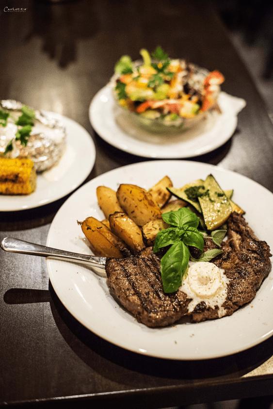 Rib Eye Steak mit Kartoffeln, Maiskolben, Ofenkartoffel & Salat