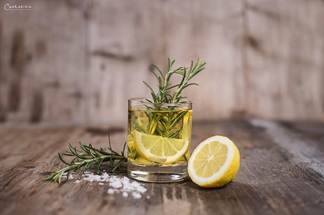 Zitronen und frische Kräuter